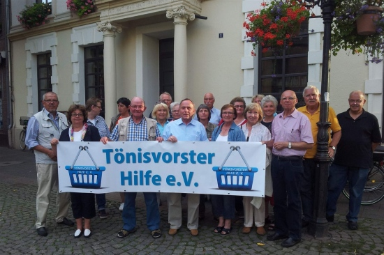 Tönisvorster Hilfe e.V. vor dem St.Tönis Rathaus